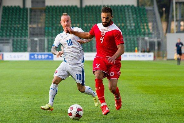 Zľava: Miroslav Stoch a Steve Bezzina (Malta).