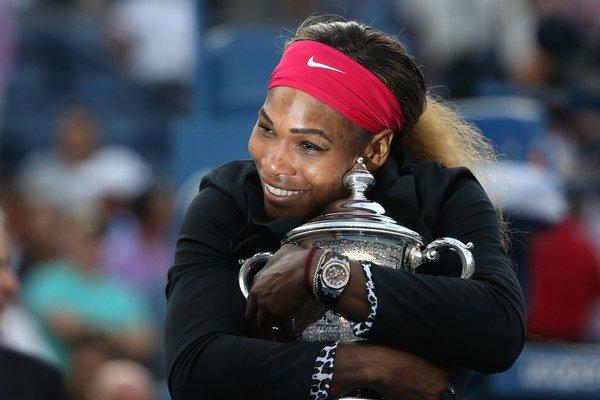 Serena Williamsová s trofejou v New Yorku.