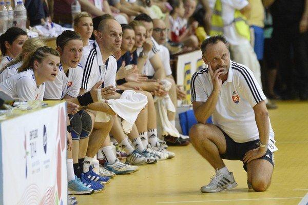 Tréner slovenských hádzanárok Dušan Poloz (vpravo).