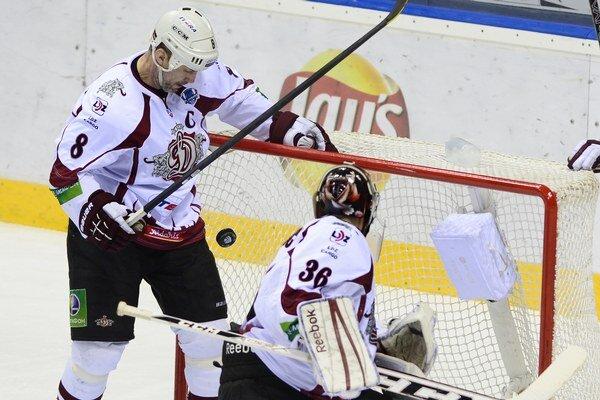 Na snímke vľavo Sandis Ozolinš vyráža nohou puk spred vlastnej brány, vpravo brankár Jakub Sedláček (obaja Riga) v siedmom zápase play off Západnej konferencie 6. ročníka hokejovej Doneck - Riga 17. marca v Bratislave.