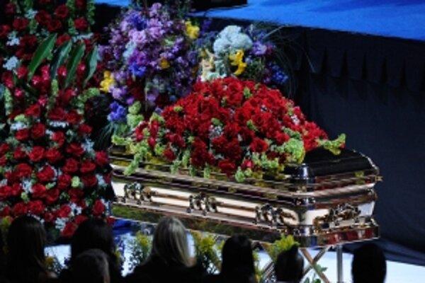 Rakva s telom Michaela Jacksona počas poslednej rozlúčky.