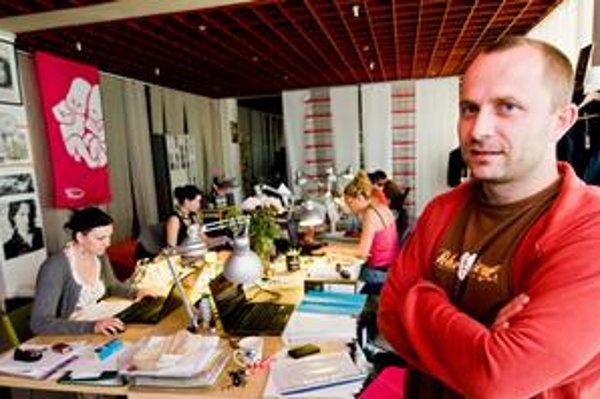 Michal Kaščák (36) pochádza z Trenčína. Ako dieťa začínal s hudbou v legendárnej alternatívnej skupine Bez ladu a skladu, neskôr hral v Neurope. V roku 1997 založil festival Pohoda, ktorý je dnes najväčšou letnou hudobnou akciou na Slovensku. Pre väčšinu
