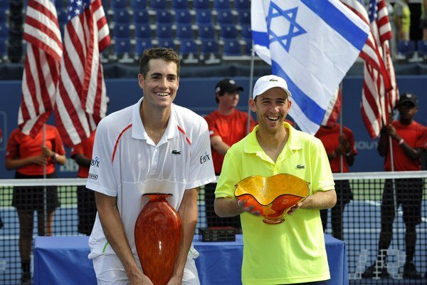 K oporám tímu Izraela v Davisovom pohári patrí Dudi Sela (vpravo). Na snímke je s Američanom Johnom Isnerom po finálovom zápase na turnaji ATP v Atlante 2014.