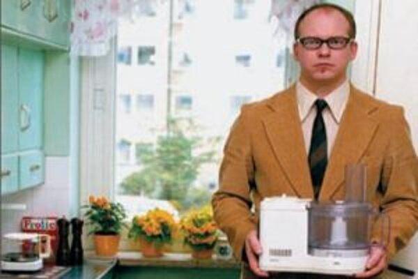 Vyzerá ako predavač kuchynských spotrebičov, ale je to hudobník, ktorý sa vlámal so svojimi piatimi kolegami do cudzieho bytu.