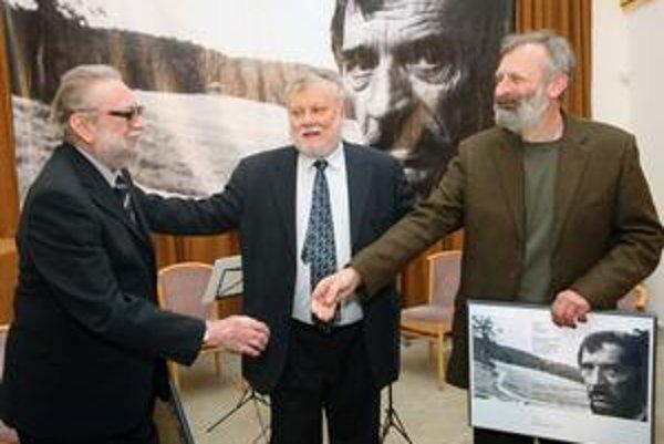 Ján Buzássy (vľavo) a Mikuláš Maňo Huba na ceremoniáli 15. ročníka literárnej Ceny Dominika Tatarku. Uprostred stojí člen poroty Peter Zajac.
