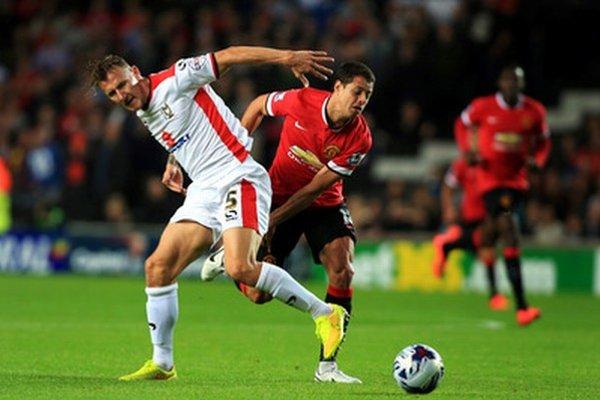Javier Hernandez (vpravo) prezývaný Chicarito bude hosťovať v najslávnejšom klube.