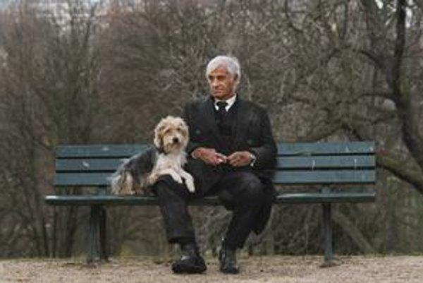 Jean-Paul Belmondo vo filme Francisa Hustera Muž a jeho pes.
