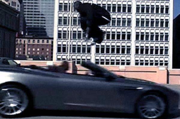 Kobe Bryant preskakuje auto. Asi.