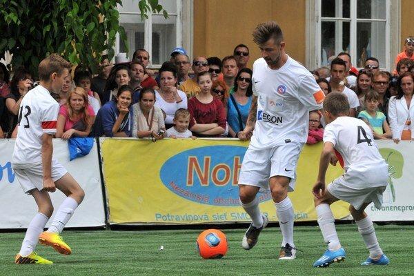 Tomáš Tatar si zakopal na podujatí Hviezdy deťom s mladými futbalistami.