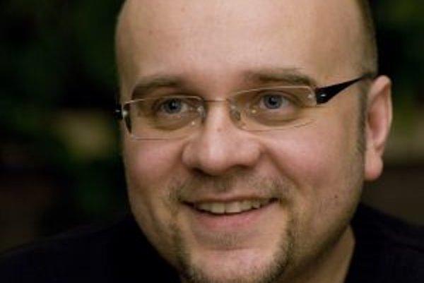 Narodil sa v roku 1970. Vyštudoval Filozofickú fakultu UK v Bratislave, odbor angličtina a ruština. Od februára 1993 do decembra 2005 pracoval s dvoma prestávkami ako redaktor a moderátor Literárnej revue v rádiu Twist. Autorsky aj moderátorsky sa podieľa