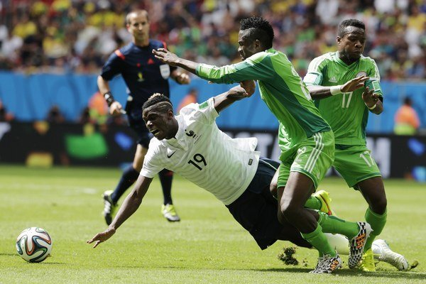 Francúz Paul Pogba padá v súboji s Kennethom Omeruom a Ogenyim Onazim (číslo 17).