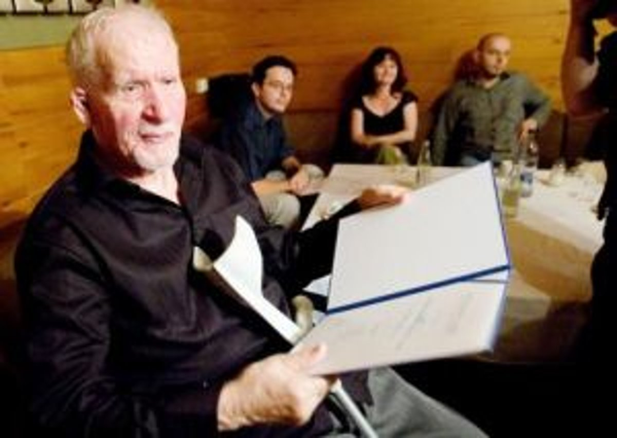 Básnik Milan Rúfus pri preberaní ceny Literárneho fondu za pôvodnú  literárnu tvorbu. 362ff9b7520
