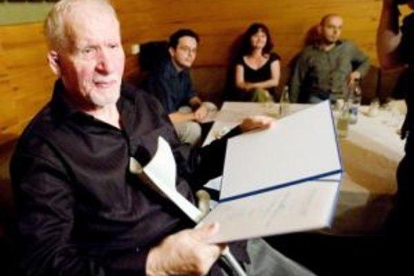 Básnik Milan Rúfus pri preberaní ceny Literárneho fondu za pôvodnú literárnu tvorbu.