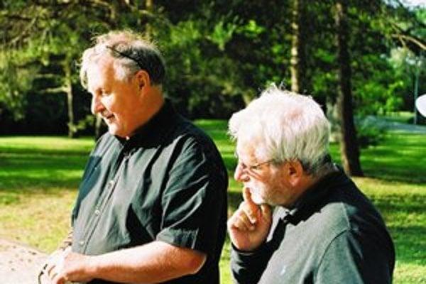 Dušan Trančík (vľavo) spolu s maskérom Jurajom Steinerom pri nakrúcaní filmu Optimista. Jeho hrdinom je Lajoš Winter, šikovný podnikateľ. Začiatkom dvadsiateho storočia začal budovať kúpele v Piešťanoch. Cez druhú svetovú vojnu sa však Winter dostal do Te