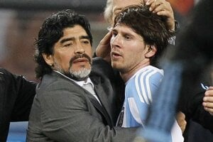 Diego Maradona ako tréner Lionela Messiho na MS 2010.