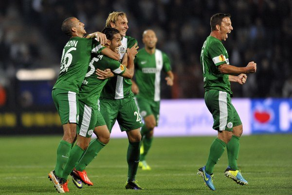 Radosť hráčov Maccabi Haifa v zápase Európskej ligy.