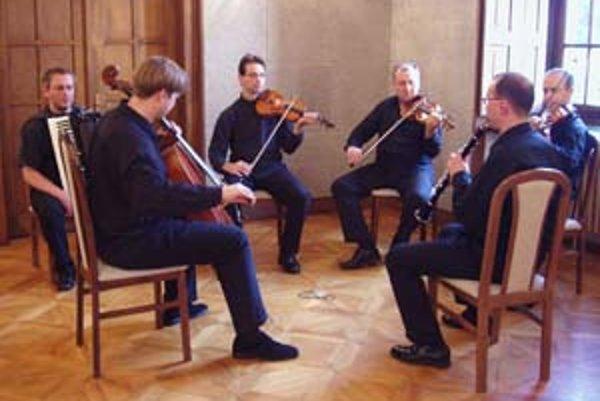 Jedna z posledných skúšok na Konvergencie 2008. Vľavo v popredí šéf festivalu Jozef Lupták.