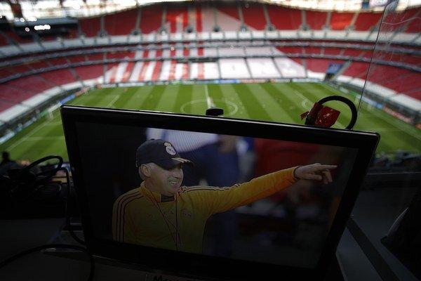 Tréner Realu Carlo Ancelotti na obrazovke na štadióne Luz v Lisabone.