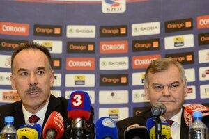Vľavo prezident SZĽH Igor Nemeček a vpravo tréner slovenskej hokejovej reprezentácie Vladimír Vůjtek.