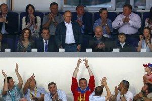 Diváci v Minsku sa hokejom veľmi dobre bavili. A aj Putin (uprostred) s Lukašenkom (sedí vpravo).