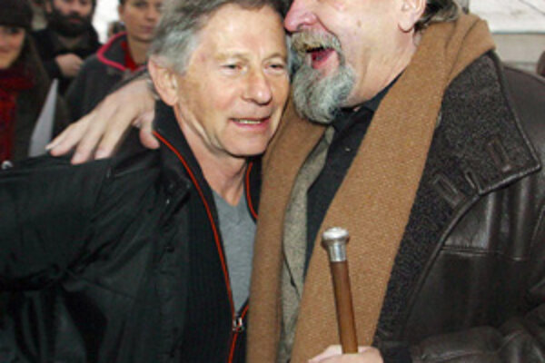 Miroslav Ondříček (vpravo) objíma francúzskeho režiséra českého pôvodu Romana Polanského,  15. novmebra 2004.