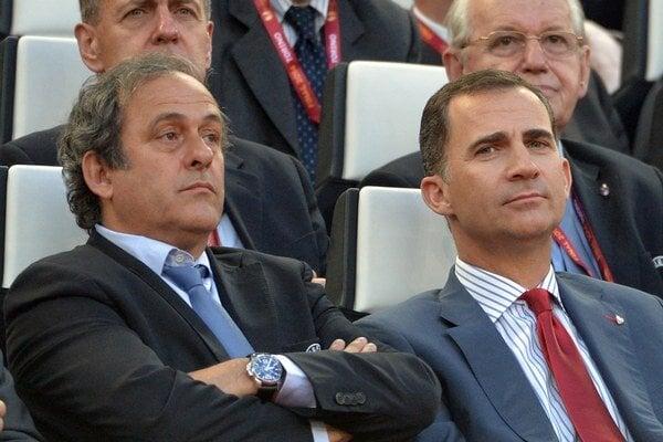 Platini (vľavo) sa bráni.