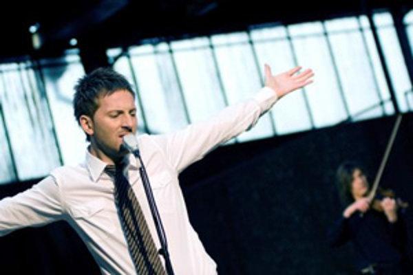 Po platinovom debute Exoterika (2005) sa Miro Jaroš vrátil na slovenskú hudobnú scénu albumom Tlaková níž.