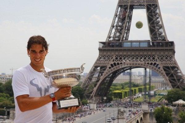 Rafael Nadal s Pohárom mušketierov pod Eiffelovou vežou.