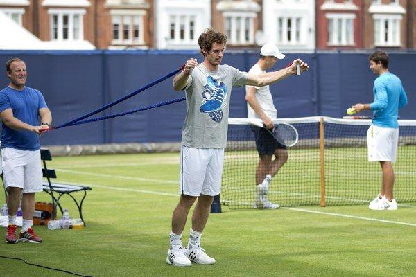 Andy Murray počas tréningu na tráve.