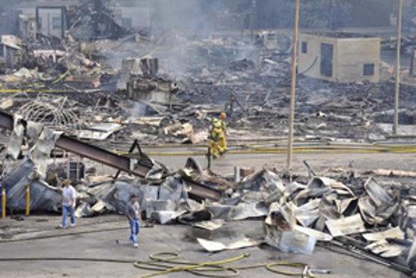 Požiarnici medzi troskami filmových štúdií Universal.