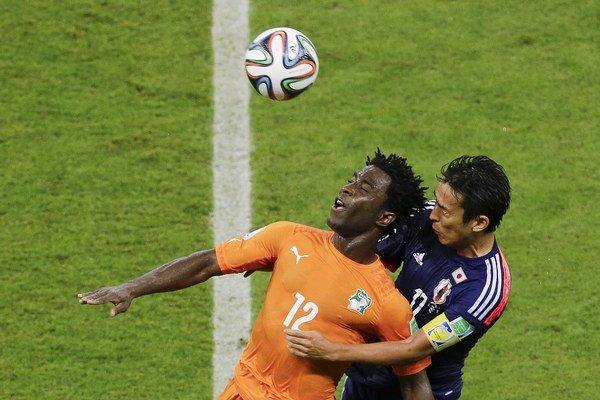 V oranžovom reprezentačnom drese Pobrežia Slonoviny Wilfiried Bony.