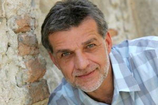 Narodil sa v roku 1960 vo Veľkých Levároch. Keď mal šesť rokov, rodina sa presťahovala do Hriňovej. K divadlu pričuchol už na gymnáziu v Lučenci, po ňom šiel na VŠMU do Bratislavy, kde ho viedol profesor Zachar. Po ukončení základnej vojenskej služby bol