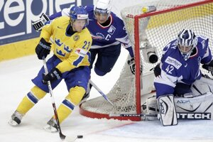 Švédsky hokejista Linus Omark (vľavo).