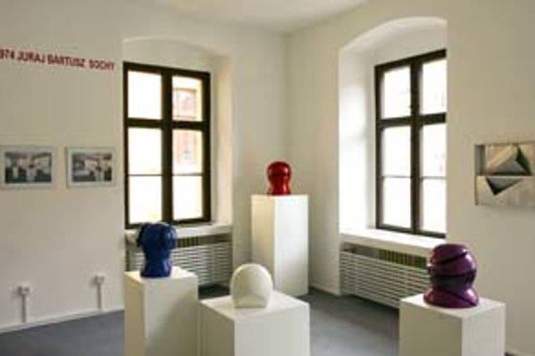 Časť expozície, pripomínajúca zavretú výstavu sôch Juraja Bartusza.