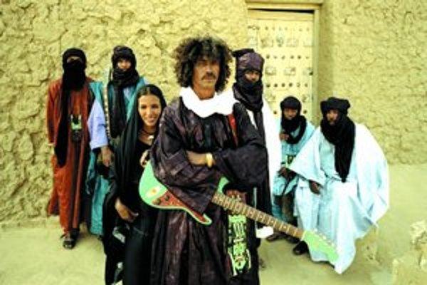 Africkí bojovníci zo zoskupenia Tinariwen vymenili samopaly za gitary a prídu aj na festival Pohoda.