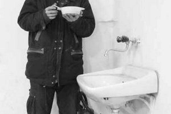Maliar, hudobník, divadelník, básnik Petr Nikl (1960). Zakladajúci člen skupiny Tvrdohlaví, člen divadelného združenia Mehedaha. Nositeľ prestížnej Ceny Jindřicha Chalupeckého. Na fotografii pózuje v priestoroch Tranzit dielní v Bratislave, kde sú jeho pr