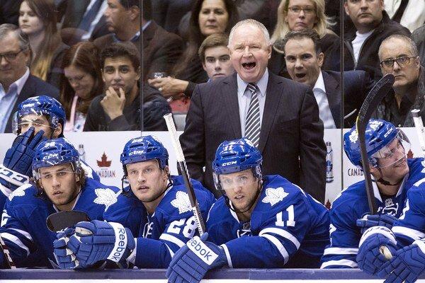 Tréner Toronta Randy Carlyle usmerňuje svojich hráčov.