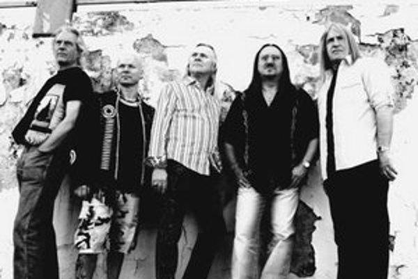 Uriah Heep v súčasnej zostave. Gitarista a zakladajúci člen skupiny Mick Box stojí druhý sprava.