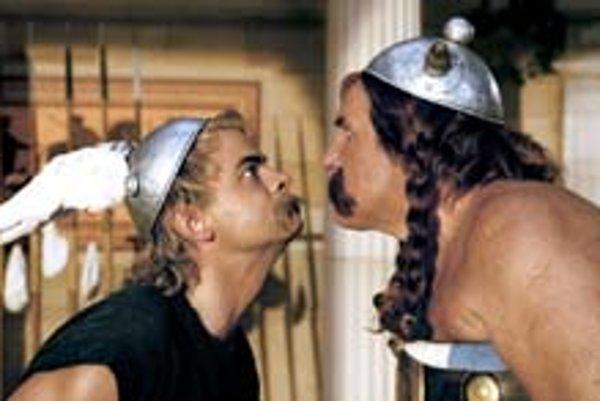 Gérard Depardieu (vpravo) je ako vždy Obelix, novým Asterixom je Clovis Cornillac.