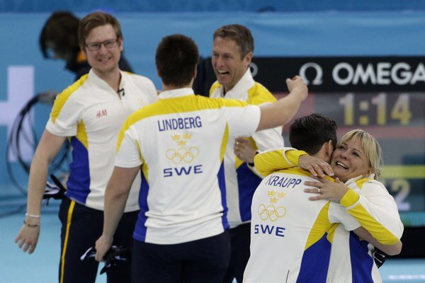 Švédi a ich trénerka Eva Lund.