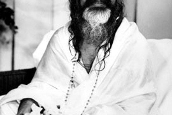 Maharishi Mahesh Yogi (na snímke z  24. augusta 1967), duchovný guru, ktorý priniesol transcendentálnu meditáciu západnému svetu, zomrel včera v Holandsku vo veku 91 rokov.