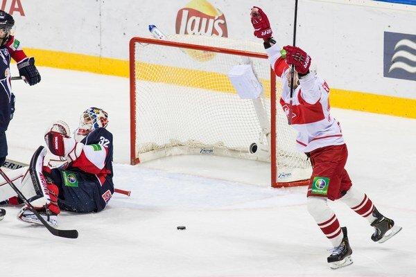 Brankár Slovana Jaroslav Janus inkasuje gól od Spartaku.
