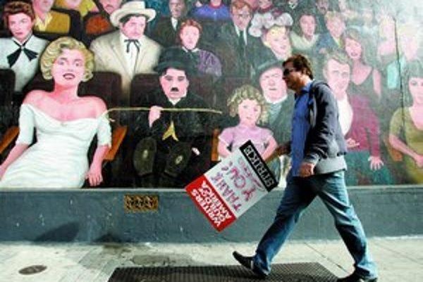 Scenáristické odbory v Hollywoode (Writers Guild of America) štrajkujú a pomaly získavajú podporu okolia.