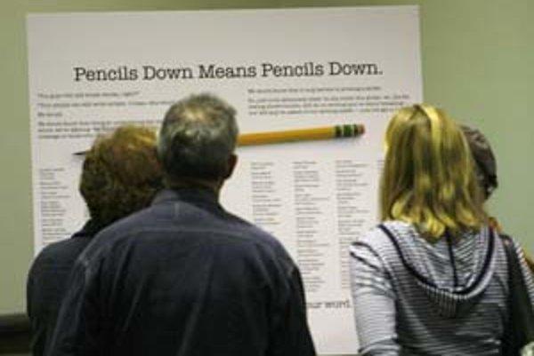 """Titulkom """"Položiť ceruzky znamená položiť ceruzky"""" odkazujú scenáristické odbory na frázu, ktorú americkí učitelia tradične používajú, keď študentom vyprší čas na test."""