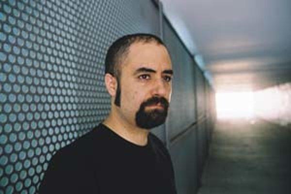 Fernando Corona (1970) alias Murcof. Pre jeho tvorbu sú charakteristické atmosférické inštrumentálne skladby s minimalistickým beatom a delikátnymi praskajúcimi zvukmi.