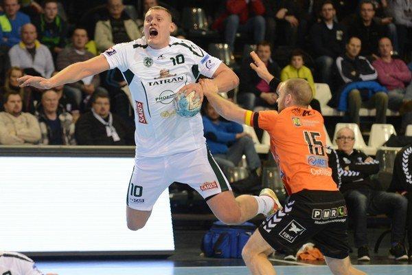 Na snímke vľavo hráč Tatrana Prešov Dainis Kristopans.