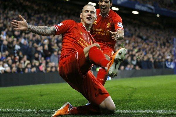 Takto oslavuje Slovák v drese Liverpoolu Martin Škrtel (vpredu).