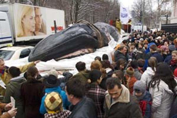 Nemecký film Keď veľryby plačú rozpráva príbeh poslednej cesty veľryby, ktorá uviazla na brehu Baltského mora. Greenpeace ju vystavili pred japonskou ambasádou v Berlíne.