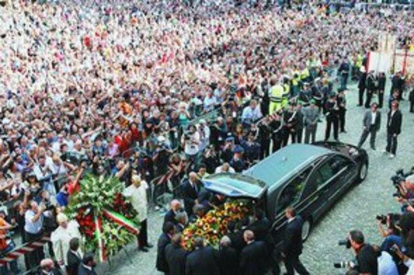 Pavarottiho odprevadilo na posledný odpočinok viac ako 50–tisíc ľudí.