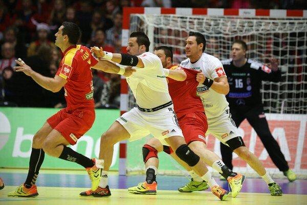 Hádzaná je veľmi tvrdý kolektívny šport. Na snímke súboj Maďarov s Macedóncami.